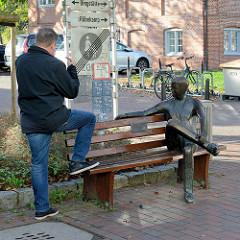 Kunst im öffentlichen Raum, Bronzeskulptur der Philanthrop  / Menschenfreund auf der Dingstätte von Pinneberg; Bildhauerin Inka Uzoma.