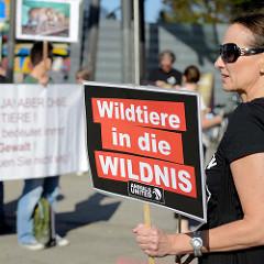 Tierschützer protestieren mit  Mahnwachen gegen die Dressur und Manegenauftritt von Wildtieren beim Hamburger Gastspiel vom Circus Krone - Schild Wildtiere in die Wildnis.