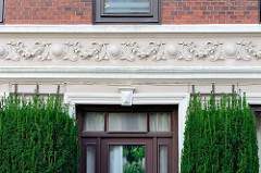 Gründerzeitliches Dekorfries an der Fassade eines Wohnhauses in der Koppelstraße von Pinneberg.
