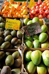 Marktstand mit   Obst und Gemüse im Hamburger Stadtteil Rahlstedt, Rahlstedter Bahnhofstraße. Kisten mit Avocado, Manogo und Persimon.