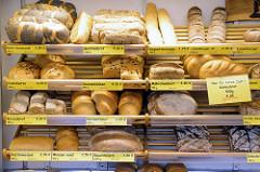 Marktstand mit frischem Brot auf dem Wochenmarkt im Hamburger Stadtteil Hamm.