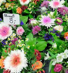 Blumenstand mit frischen Blumensträußen auf dem Wochenmarkt im Hamburger Stadtteil Hamm.