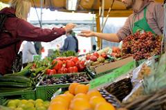 Wochenmarkt in Hamburg Uhlenhorst / Immenhof - Marktstand mit frischem Obst und Gemüse.