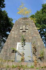 Kriegerdenkmal zur Erinnerung an den Weltkrieg 1914/18 in Hamburg Rahlstedt, errichtet ca. 1925 - Entwurf August Dabelstein.