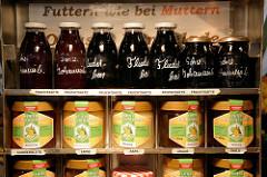Marktstand mit unterschiedlichen Fruchtsäften und Honigsorten auf dem Wochenmarkt im Hamburger Stadtteil Hamm.