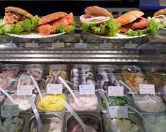 Fischstand mit Salaten und Fischbrötchen auf dem Wochenmarkt Barmbek Süd / Vogelweide.