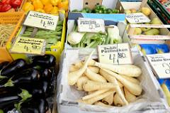 Wochenmarkt im Hamburger Stadtteil Bramfeld, Herthastraße  - Gemüsestand mit frischem Gemüse; Kisten mit deutschen Pastinaken, Fenchel, Schneidebohnen und Auberginen.