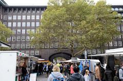 Wochenmarkt auf dem Burchardplatz im Kontorhausviertel in dem Hamburger Stadtteil Altstadt.