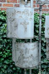Metallkunstwerk / Relief auf dem Kirchplatz der Jubilate Kirche in Hamburg Billstedt.