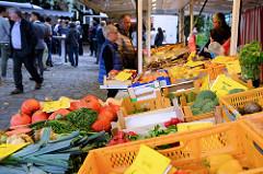 Markstand mit Obst und Gemüse  auf dem  Wochenmarkt bei der Sankt Katharinenkirche im  Hamburger Stadtteil Altstadt.