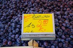 Wochenmarkt in Hamburg Blankenese, Blankeneser Markt - Obststand mit Zwetschgen.