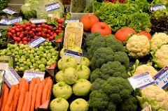 Marktstand mit frischem Gemüse, u.a. Brokkoli, Rosenkohl, Blumenkohl und Kohlrabi  auf dem Wochenmarkt in der Fussgängerzone der Möllner Landstraße im Hamburger Stadtteil Billstedt.