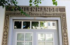 Eingang mit Beschriftung Kohlenhandel - Wohnwirtschaftsgebäude in der Kanzleistraße von Hamburg Nienstedten - das um 1844 erbaute Haus steht als Kulturdenkmal unter Denkmalschutz.