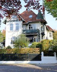 Denkmalgeschützte Architektur in Hamburg Groß Flottbek - Wohnhaus  / Landhaus Luginsland in der Straße Neuding , erbaut 1900 - Architekten Raabe & Wöhlecke.