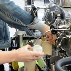 Wochenmarkt auf dem Burchardplatz im Kontorhausviertel in dem Hamburger Stadtteil Altstadt. Zubereitung von Espresso / Espressomaschine.