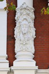 Säulen-Detail an einem Etagenhaus in der Hartungsstraße im Hamburger Stadtteil Rotherbaum. Das unter Denkmalschutz stehende Gebäude wurde 1894 errichtet, Architekt Edgar Foßhag.