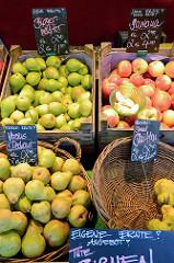 Obststand mit Birnen, Quitten und Äpfeln auf dem  Wochenmarkt in der Hermann-Balk-Straße von Hamburg Rahlstedt; da er bei der U-Bahn-Station Berne liegt wird er auch Berner Wochenmarkt genannt.