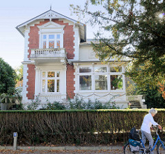 Historische Architektur im Baustil der Gründerzeit  im Hamburger Stadtteil Groß Flottbek. Wohnhaus in der Waitzstraße - das Gebäude steht als Kulturdenkmal Hamburgs unter Denkmalschutz.