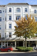 Gründerzeitliches Etagenhaus am Hallerplatz im Hamburger Stadtteil Rotherbaum - das Wohn - und Geschäftsgebäude steht als Kulturdenkmal Hamburgs unter Denkmalschutz.