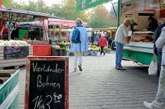 Marktstände auf dem  Wochenmarkt in der Hermann-Balk-Straße von Hamburg Rahlstedt; da er bei der U-Bahn-Station Berne liegt wird er auch Berner Wochenmarkt genannt.
