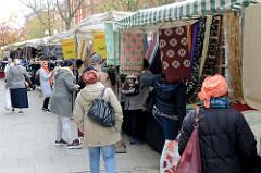 Marktstände mit Stoffen und Kleidung  auf dem Wochenmarkt in der Möllner Landstraße in Hamburg Billstedt.
