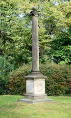 Kriegerdenkmal / Erinnerung an den Krieg  1870/71,  Kirchplatz der Alt-Rahlstedter Kirche im Hamburger Stadtteil Rahlstedt.