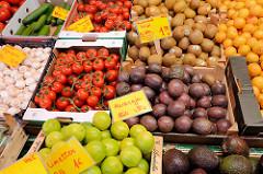 Wochenmarkt auf dem Burchardplatz im Kontorhausviertel in dem Hamburger Stadtteil Altstadt. Markstand mit Obst und Gemüse.