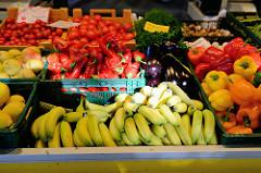 Wochenmarkt im Hamburger Stadtteil Barmbek Nord, Marktstand mit frischem Obst und Gemüse / Paprika, Tomaten sowie Bananen.