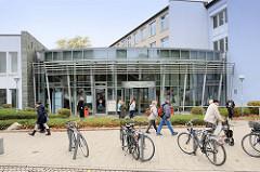 Moderner Eingang, Glasfassade mit Metall vom Bezirksamt Hamburg-Mitte, Region Billstedt.