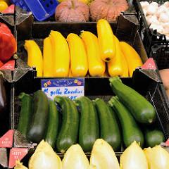 Marktstand mit frischem Gemüse, gelbe und grüne Zucchini in Kisten auf dem Wochenmarkt in der Fussgängerzone der Möllner Landstraße im Hamburger Stadtteil Billstedt.