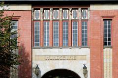 Fassade der Rückseite vom Empfangsgebäude  vom  U-Bahnhof Mundsburg im Hamburger Stadtteil Uhlenhorst, errichtet 1912 im Stil der Reformarchitektur; Architekten Raabe & Wöhlecke.