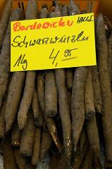 Gemüsestand auf dem Wochenmarkt in Hamburg Blankenese; Kiste mit Bardowicker Schwarzwurzeln.