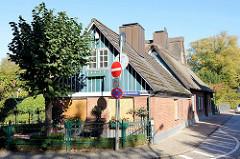 Historische Architektur im Hamburger Stadtteil Nienstedten - denkmalgeschütztes Wohnwirtschaftsgebäude / Fachhallenhaus, Haus Ladiges in der Hasselmannstraße / Nienstedtener Marktplatz.