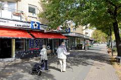 Geschäftszeile mit kleinen Geschäften / Einzelhandel am Mundsburger Damm im Hamburger Stadtteil Uhlenhorst.  Bilder von Architektur der 1960er Jahre in der Hansestadt Hamburg.