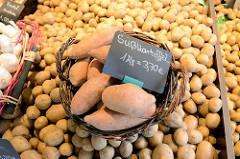 Kartoffelstand mit Süßkartoffeln auf dem  Wochenmarkt in der Hermann-Balk-Straße von Hamburg Rahlstedt; da er bei der U-Bahn-Station Berne liegt wird er auch Berner Wochenmarkt genannt.