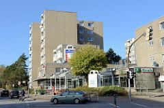Hochhauskomplex mit Geschäften / Einkaufspassage, einer Elmshorner Straße in Pinneberg.