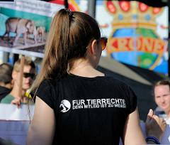 Tierschützer protestieren mit  Mahnwachen gegen die Dressur und Manegenauftritt von Wildtieren beim Hamburger Gastspiel vom Circus Krone.
