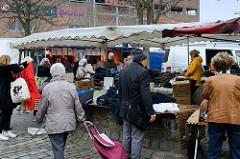 Marktstände  auf dem Wochenmarkt in der Möllner Landstraße in Hamburg Billstedt.