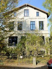 Historische Architektur im Baustil der Gründerzeit  im Hamburger Stadtteil Groß Flottbek. Wohnhaus mit Werkstatt im Stockkamp - das Gebäude steht als Kulturdenkmal Hamburgs unter Denkmalschutz.