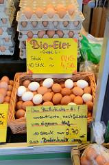 Marktstand mit frischen Bio-Eiern auf dem Wochenmarkt in der Möllner Landstraße in Hamburg Billstedt.