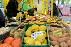 Marktstand mit Obst und Gemüse, Quitten / Süsskartoffeln auf dem Wochenmarkt im Hamburger Stadtteil Hamm.