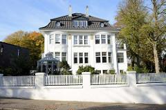 Denkmalgeschützte Architektur in Hamburg Groß Flottbek - Landhaus Kettler im Papenkamp, erbaut 1907 - Architekten Raabe & Wöhlecke.