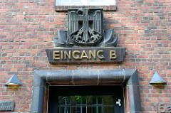 Backsteinarchitektur im Hamburger Stadtteil Uhlenhorst, ehemaliges Verwaltungsgebäude / Fernmeldeamt - errichtet um 1925. Das Gebäude stellt ein Kulturdenkmal Hamburgs dar und ist denkmalgeschützt. Terrakottakacheln mit dem Schriftzug Eingang B und B