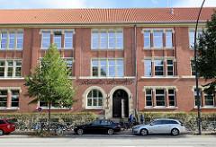 Eingang vom Gebäude des Gymnasiums Lerchenfeld in Hamburg Uhlenhorst, erbaut 1910 - eine der ersten staatlichen Hamburger höheren Mädchenschulen.