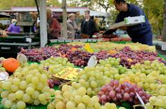 Obststand auf dem Wochenmarkt Hamburg Bramfeld, rote und grüne Weintrauben.