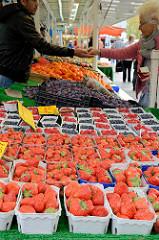 Obststand auf dem Wochenmarkt Hamburg Bramfeld, Pappschalen mit Himbeeren, Heidelbeeren und Erdbeeren.