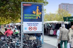 Informationsschild vom Bezirksamt Hamburg Wandsbek für den Wochenmarkt Bramfeld.