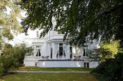 Villa an der Außenalster / Schöne Aussicht im Hamburger Stadtteil Uhlenhorst; das denkmalgeschützte Gebäude wurde 1898 errichtet - Architekt Martin Haller.