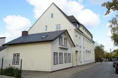 Historisches Wohnhaus in der Lindenstraße von Pinneberg, einstöckiger Satteldachbau - errichtet um 1900. Das Gebäude steht als Kulturdenkmal der Stadt unter Denkmalschutz. Dahinter das ebenfalls unter  Denkmalschutz stehende  Gebäude der Kreissparka