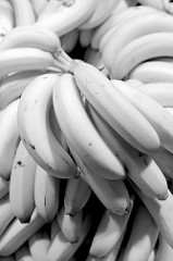 Marktstand mit Bananen auf dem Wochenmarkt im Hamburger Stadtteil Hamm; Schwarzweißfotografie.